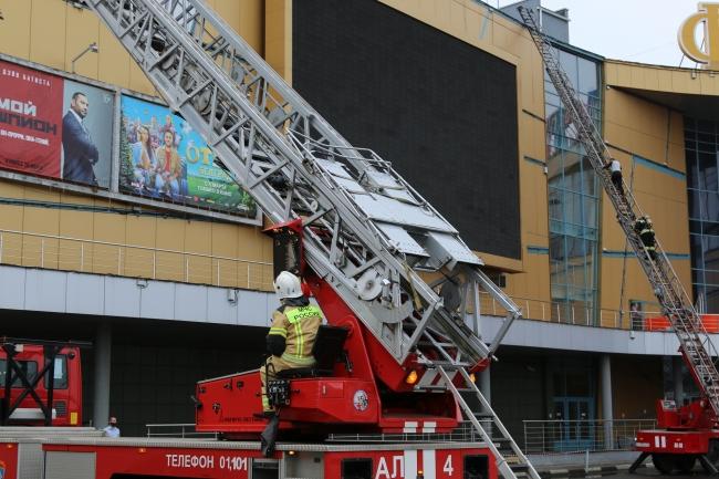 Image for Фоторепортаж: Как прошла эвакуация в ТЦ «Фантастика»