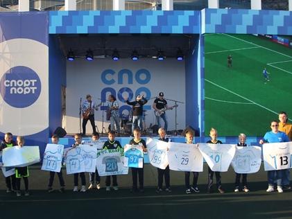 Игроки футбольного клуба «Нижний Новгород» встретились с болельщиками на площадке «Спорт Порт»