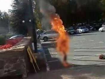 В Ижевске мужчина устроил самосожжение у здания Госсовета