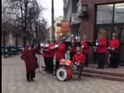 Image for Ты сделал мой день: в Сормове пенсионерка отжигает под уличную музыку