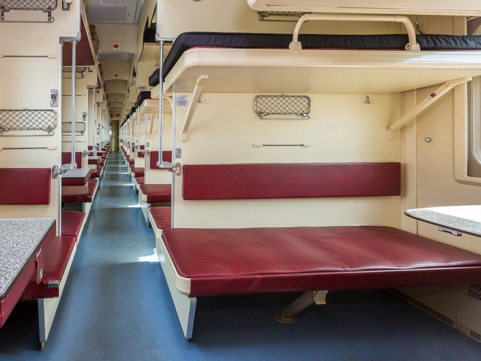 В Госдуме предложили разрешить продажу невозвратных билетов в плацкартные вагоны