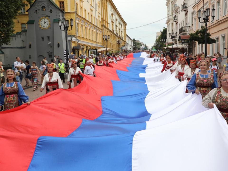 Image for Стометровый флаг России пронесли по Большой Покровской