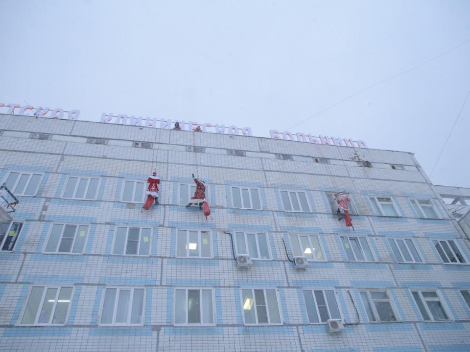 Image for Деды Морозы-скалолазы забрались на нижегородскую детскую больницу