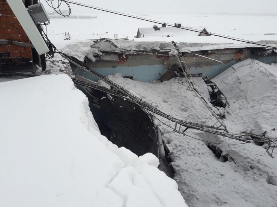 Image for МЧС работает на месте обрушения крыши здания на Нижневолжской набережной